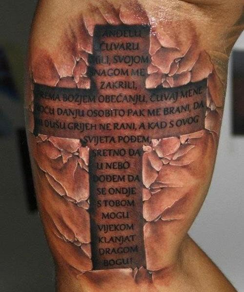 Coole Cross Tattoo Design auf Bizeps